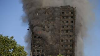 Torre Grenfell em chamas em Londres
