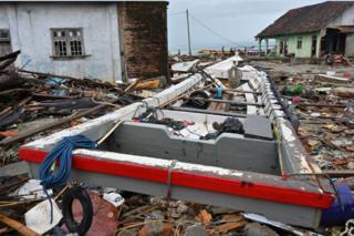 Kehancuran di desa Sumber Jaya di Kecamatan Sumur. Di kecamatan ini masih ada desa yang belum tersentuh tim darurat.