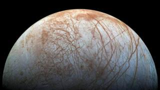 Европа, спутник Юпитера, - еще одно место в Солнечной системе, где велика вероятность найти жизнь