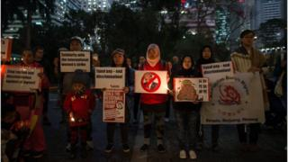 Hong Kong'da düzenlenen eylemde ABD Başkanı Donald Trump karşıtı pankartlar vardı.