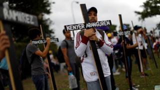 Este lunes en Caracas decenas de manifestantes sostuvieron cruces negras en recuerdo de los fallecidos en las protestas.