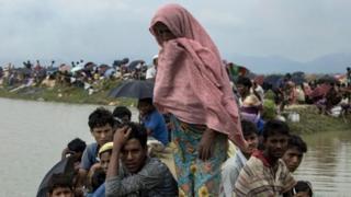 ครอบครัวชาวมุสลิมโรฮิงญาขณะอพยพเข้าสู่บังกลาเทศ