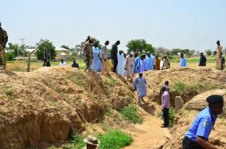 Cette tranchée de 27 kilomètres a pour objectif final d'empêcher d'éventuels attaques des kamikazes de la secte islamiste Boko Haram.