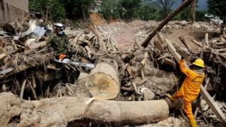 Soldiers and civil volunteers clean up debris in Mocoa, Colombia, 5 April 2017
