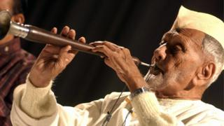 Indian musician Ustad Bismillah Khan performs in Srinagar, 12 September 2005