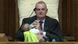 رئيس برلمان نيوزلندا يعتني بطفل للسماح لوالده بالنقاش