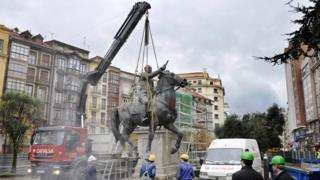 A crane dismantles the last Spanish dictator Francisco Franco's equestrian statue on December 18, 2008 in the northern Spanish city of Santander
