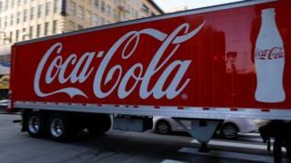 سيارة تحمل شعار كوكاكولا