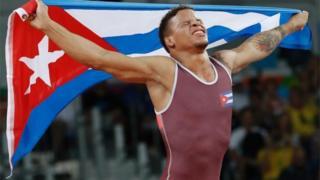 El luchador grecorromano Ismael Borrero Molina festeja su triunfo.