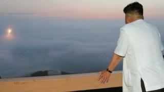 미사일 발사를 지켜보는 김정은 위원장