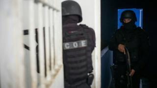 عناصر الشرطة تمشط السجن
