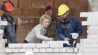 Урсула фон дер Ляйен участвует в занятиях с беженцами