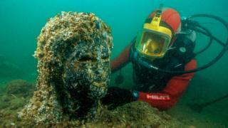 Cabeza de una estatua hallada debajo del Mediterráneo, frente a las costas de Egipto