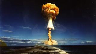 Explosión causada por una prueba de un arma nuclear de Francia en 1968.