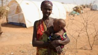 Mwanamke akimnyonyesha mtoto kambi ya Dadaab Julai 2011