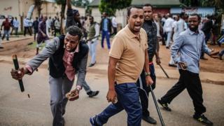 Des ressortissants Somaliens armés de pierres et de gourdins pour se protéger dans les rues de Pretoria