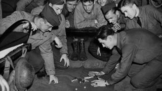 Американці грають у кості на сигарети, Лондон, 1942 рік