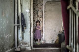 Marium Gabisonia, de 7 años, juega con sus hermanos.