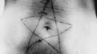 Перформанс Томасове усне 1975. године завршава се урезивањем петокраке на стомак