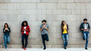 Gente enviando un mensaje por celular