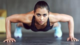 Mujer haciendo flexiones