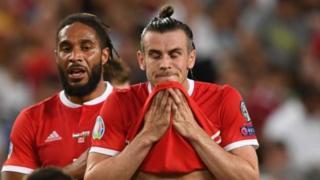Ashley Williams a Gareth Bale