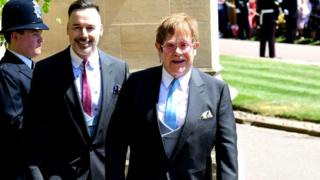 Elton John con su esposo David Furnish tras la decermonia en Windsor.