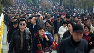 2016年清明節在上海祭祖的人群