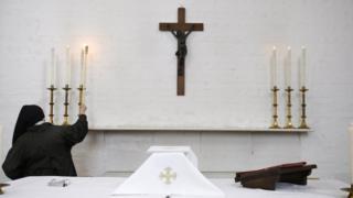 сцена в англиканской церкви