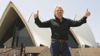 Sir Richard Branson: Tỷ phú người Anh nổi tiếng đã không dùng bộ com lê và cà vạt vào những năm 1990 để mặc áo sơ mi hở cổ và quần jean Levi's