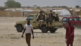 Des soldats nigériens mènent une patrouille à Diffa, en juin 2016