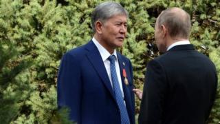 Талдоочулар Кремль Атамбаевди калып калууга үндөйт деп жатышат
