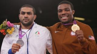 2012'deki Londra Olimpiyatları'nda gümüş madalya alan İranlı Sadegh Saeed Goudarzi ve altın madalya alan ABD'li Jordan Ernest Burroughs