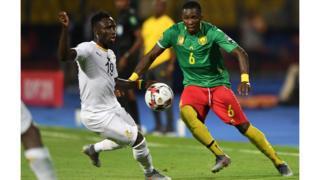 Le milieu de terrain ghanéen Samuel Owusu (à gauche) et le défenseur camerounais Ambroise Oyongo se disputent le ballon.