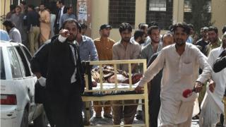 Взрыв в Кветте, эвакуация раненого