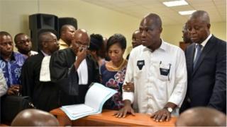 Martin Fayulu, deuxième à partir de la droite, a reçu samedi le récépissé de son recours déposé auprès de la Cour constitutionnelle.