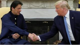 अमरीका के दौरे पर राष्ट्रपति डोनल्ड ट्रंप से मुलाक़ात करते पाकिस्तान के प्रधानमंत्री इमरान ख़ान.