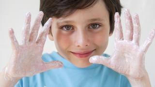 Niño lavándose las manos