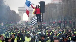 पेरिस में सरकार विरोधी प्रदर्शन