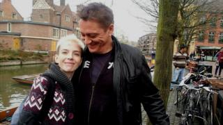 Simon Brown junto a su hija Emma en Cambridge.