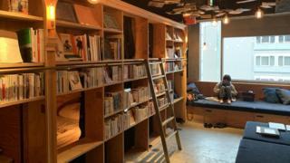 Tại khách sạn Book and Bed Tokyo, khách có thể ở lại qua đêm hoặc chỉ trả tiền trong vài giờ để đọc và hòa nhập với những người khác
