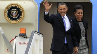 US President Barack Obama and first lady Michelle Obama step off Air Force One as they arrive in Dublin (May 2011)