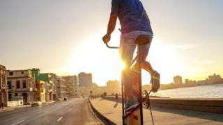 Guirola Cepero en su bicicleta por el Malelcón
