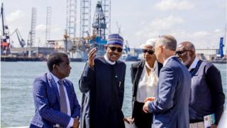 President Muhammadu Buhari, di Managing Director of Nigerian Ports Authority Bala Usman and two Nigerians govnors SImon Lalong of Plateau State and Ondo State Rotimi Akeredolu wen dem bin tour NPA for July 2018