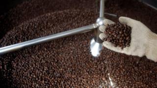 Cà phê được rang tại một nhà máy cà phê ở Việt Nam. Ảnh minh họa
