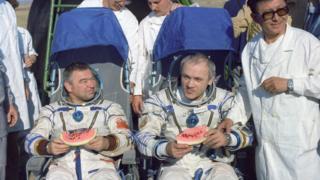 Космонавты Георгий Гречко (слева) и Владимир Джанибеков после приземления
