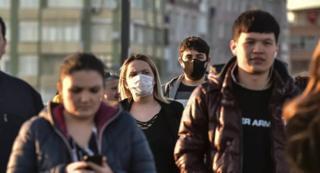 İstanbul'da sokakta yürüyenler