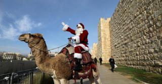 ชายชาวคริสต์เชื้อสายอาหรับแต่งกายเป็นซานตาคลอส ตระเวนแจกต้นคริสต์มาสให้ผู้คนในนครเยรูซาเลมฟรี