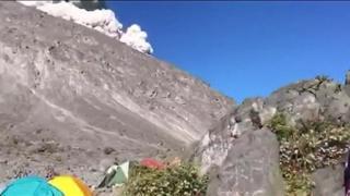 インドネシアのジャワ島にあるムラピ山で、今月11日朝に水蒸気爆発が起きた際、近くでキャンプしていた集団が爆発直後の様子を撮影していた。