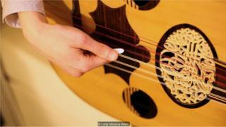 Homem toca instrumento musical